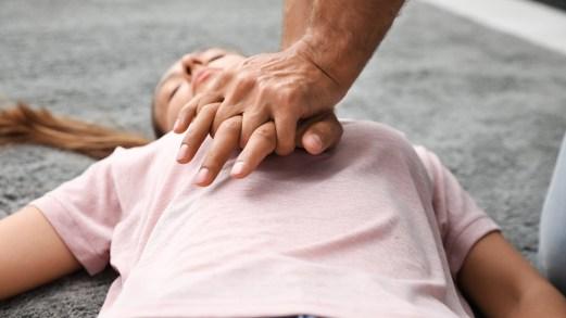 Massaggio cardiaco, perché salva la vita e come eseguirlo