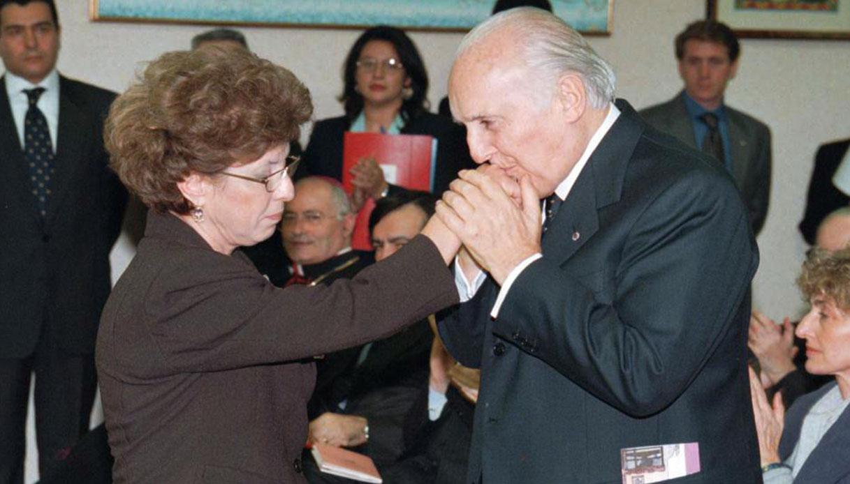 Il presidente della Repubblica Oscar Luigi Scalfaro bacia la mano ad Agnese Borsellino