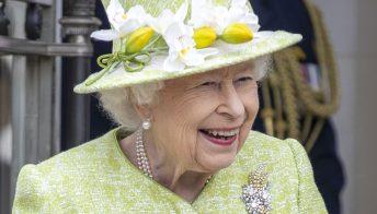 La Regina e il Principe Carlo sorridenti al parco: le foto ufficiali di Pasqua
