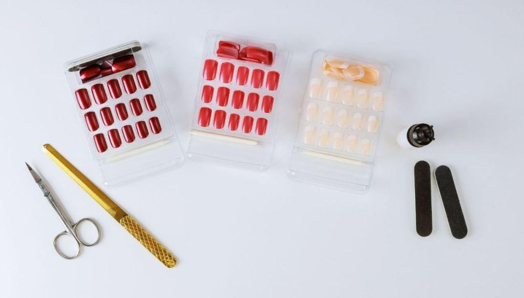 kit unghie finte adesive colorate lime e forbicine