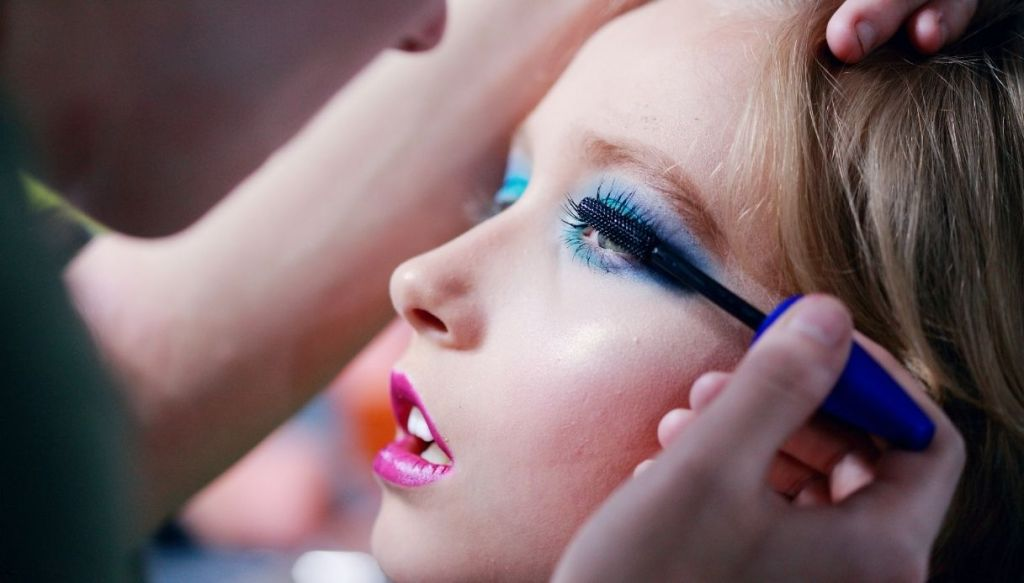 ragazza trucco azzurro rossetto fucsia truccatrice applicazione mascara
