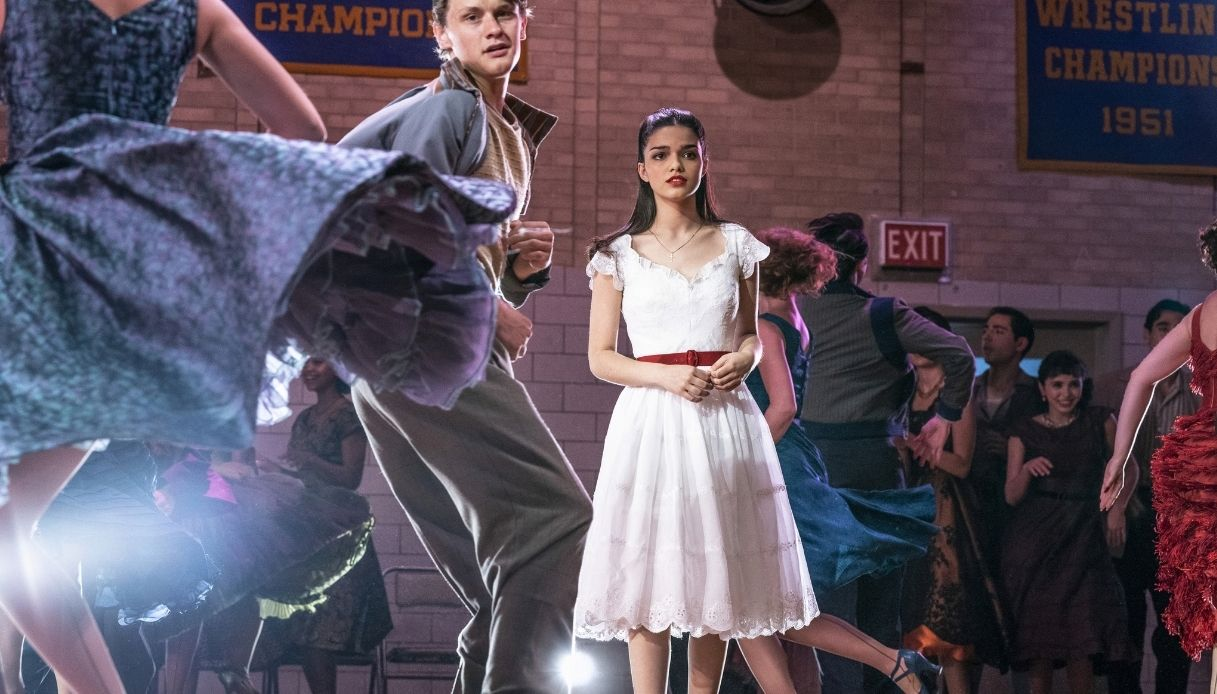 Rachel Zegler in una scena di West Side Story in uscita a dicembre