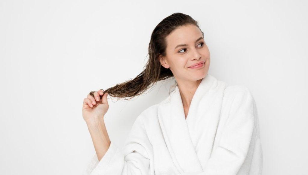 ragazza in accappatoio bianco spa capelli appena lavati