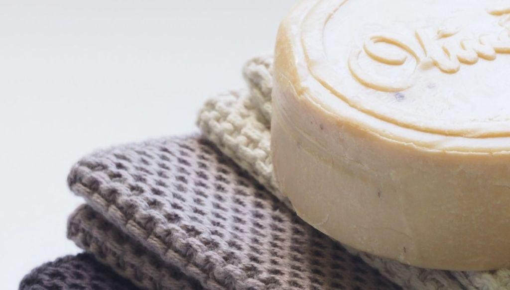 shampoo solido saponetta su asciugamano