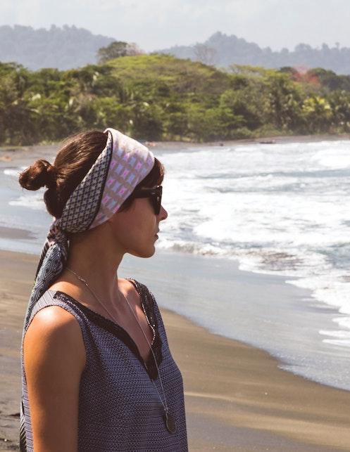 Come portare il foulard d'estate: ecco qualche idea da copiare