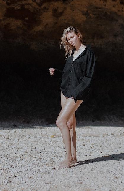 Easy chic e perfetta su ogni fisico: vediamo come portare la camicia in spiaggia