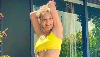 Sharon Stone in bikini giallo a 63 anni: favolosa