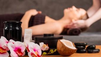 Asciugamano arrotolato sotto il collo: benefici e funzioni