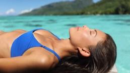 Come abbronzarsi bene e velocemente: routine di bellezza al sole