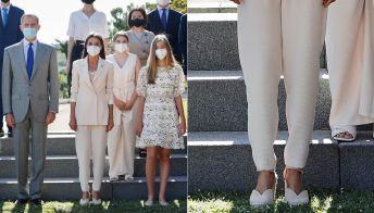 Letizia di Spagna: tailleur bianco e zeppe in corda