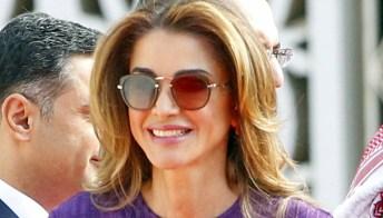 Rania di Giordania superlativa: gonna fucsia del potere e scarpe a rete