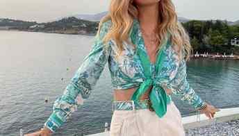 Stampa marina e camicie legate: ecco la moda estiva delle star