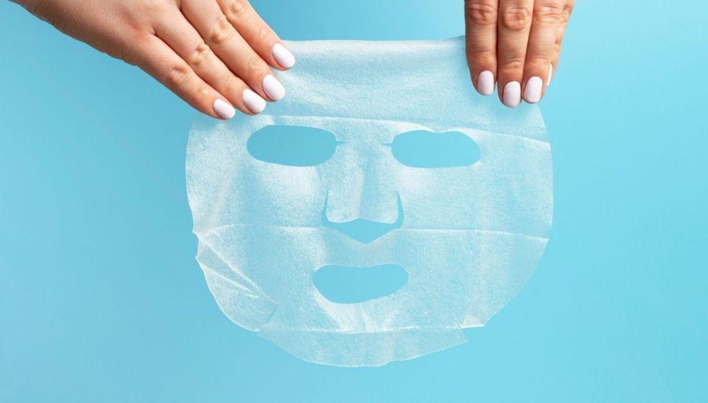 Mani e maschera viso in tessuto