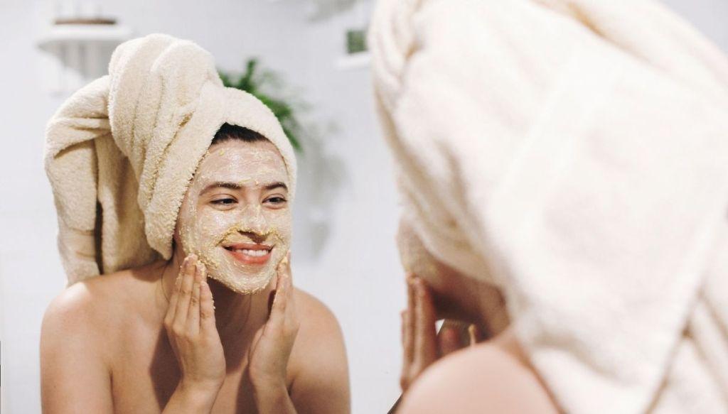 Ragazza con turbante allo specchio scrub viso