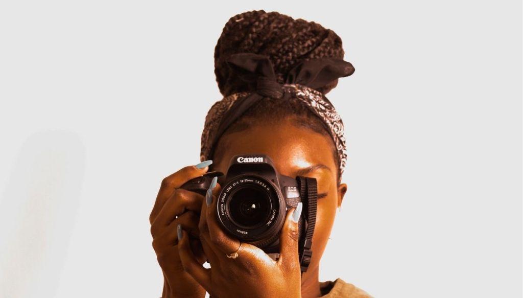Ragazza nera capelli afro treccine con bandana capelli