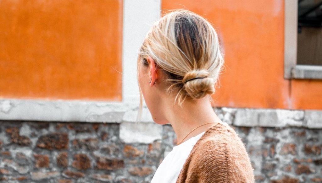 Ragazza bionda chignon basso crocchia bassa raccolto capelli