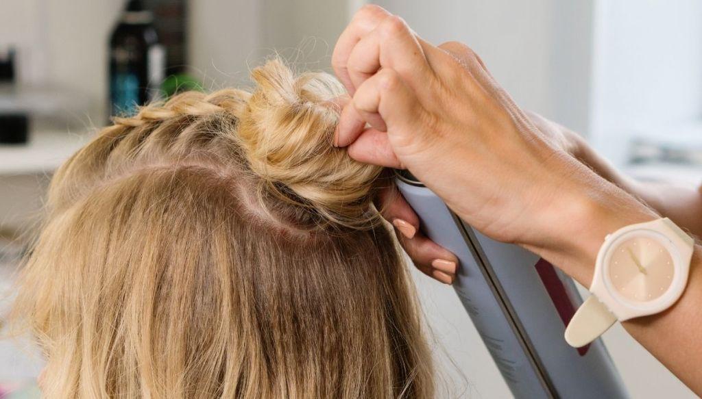 capelli biondi semi raccolto capelli corti medi