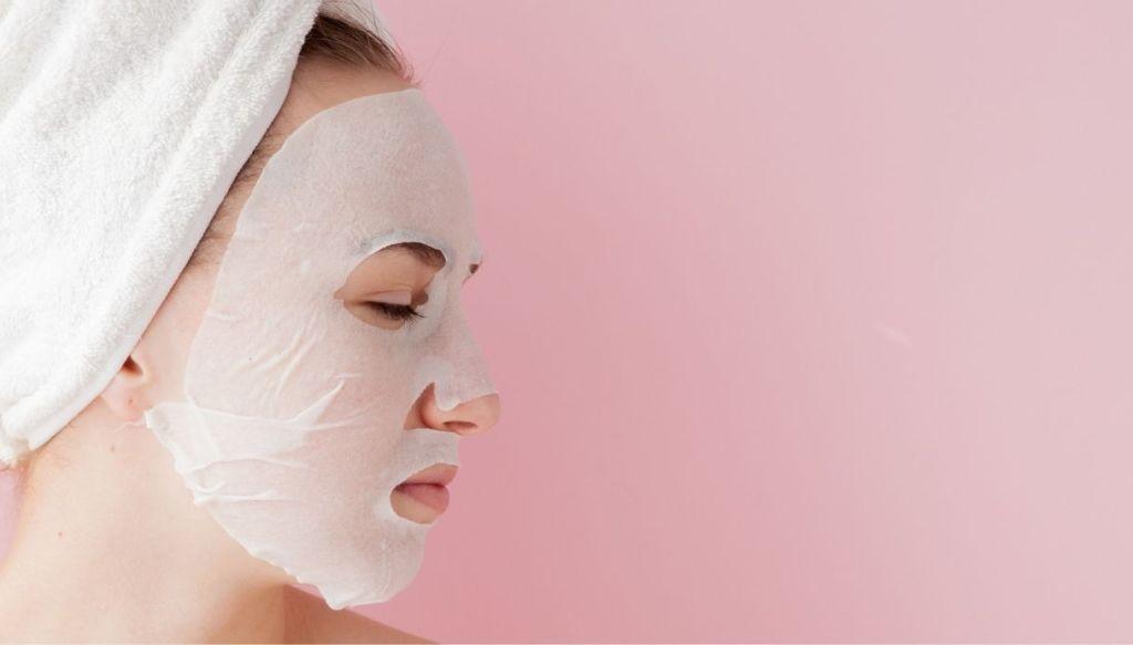 Donna con turbante maschera viso in tessuto