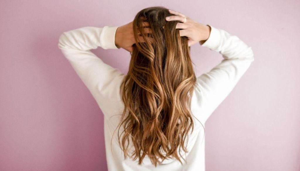 ragazza capelli lunghi mossi piega mossa