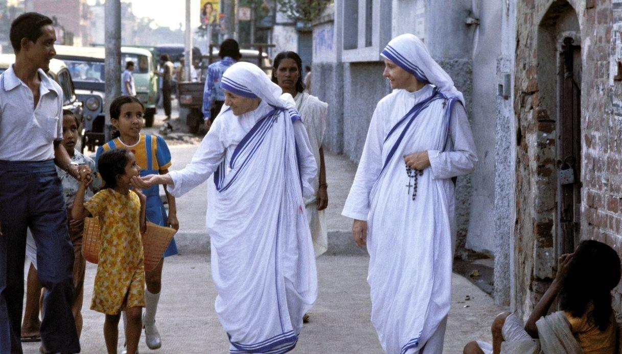 Madre Teresa fra i poveri di Calcutta