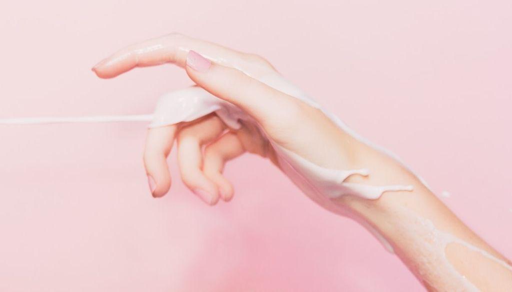 crema mani crema che cola sulle mani