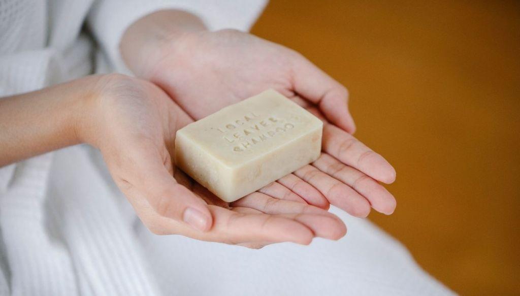 mani donna saponetta shampoo solido