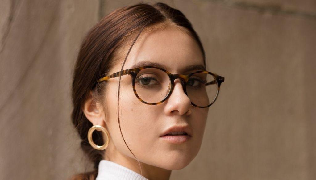 ragazza mora con coda e occhiali da vista