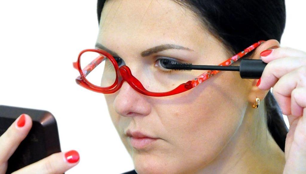 donna con occhiali trucco monolente
