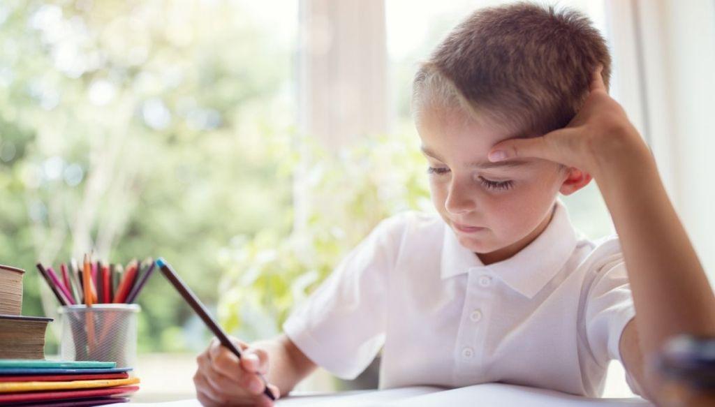 Bambino fa i compiti di scuola