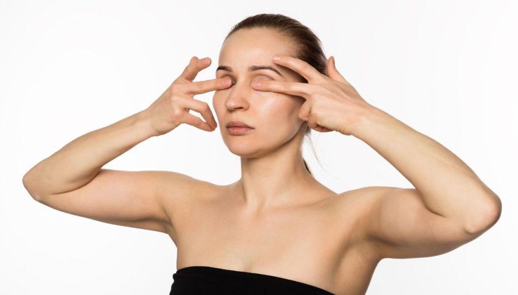 massaggio crema contorno occhi donna