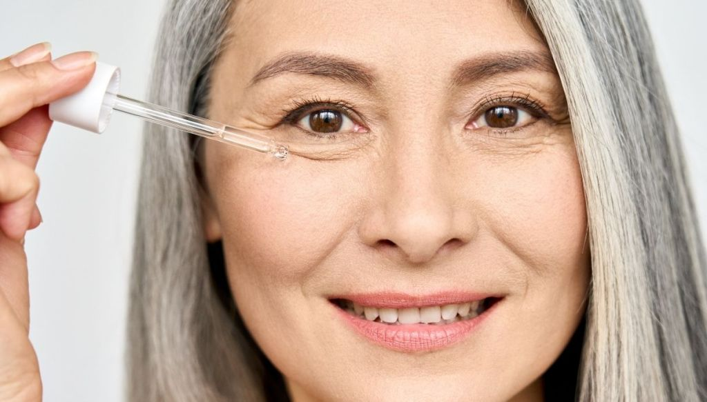 donna anziana crema antirughe occhi