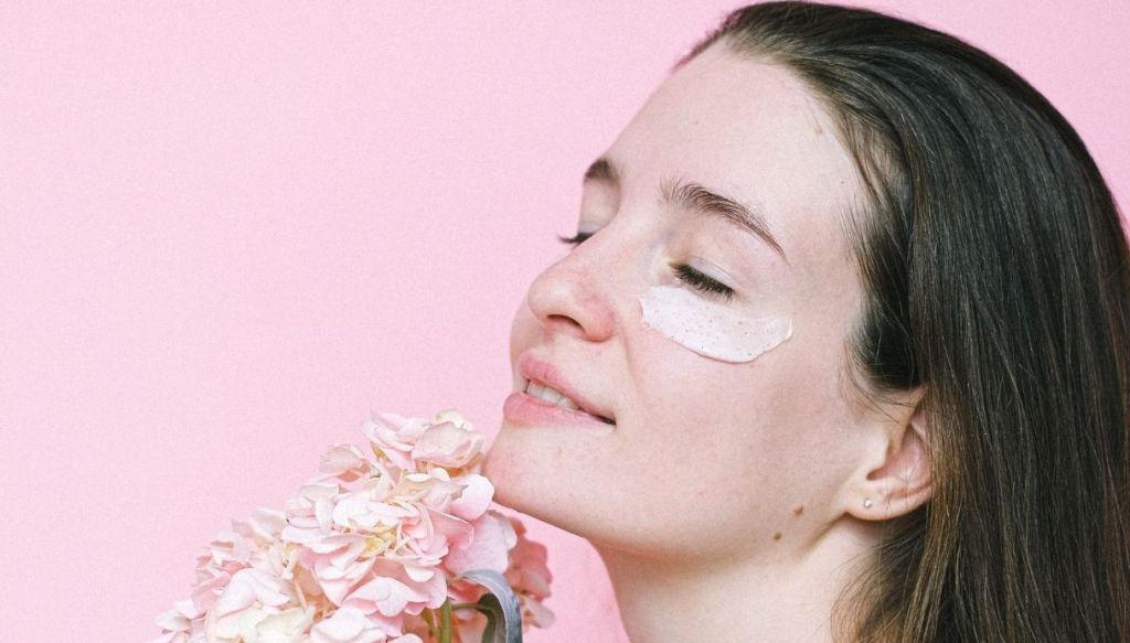 maschera contorno occhi ragazza sorridente con bouquet di fiori
