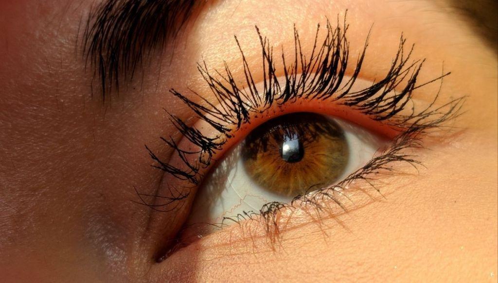 occhi marrone mascara