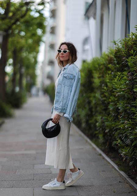 Long dress e sneakers: la combinazione più cool del rientro