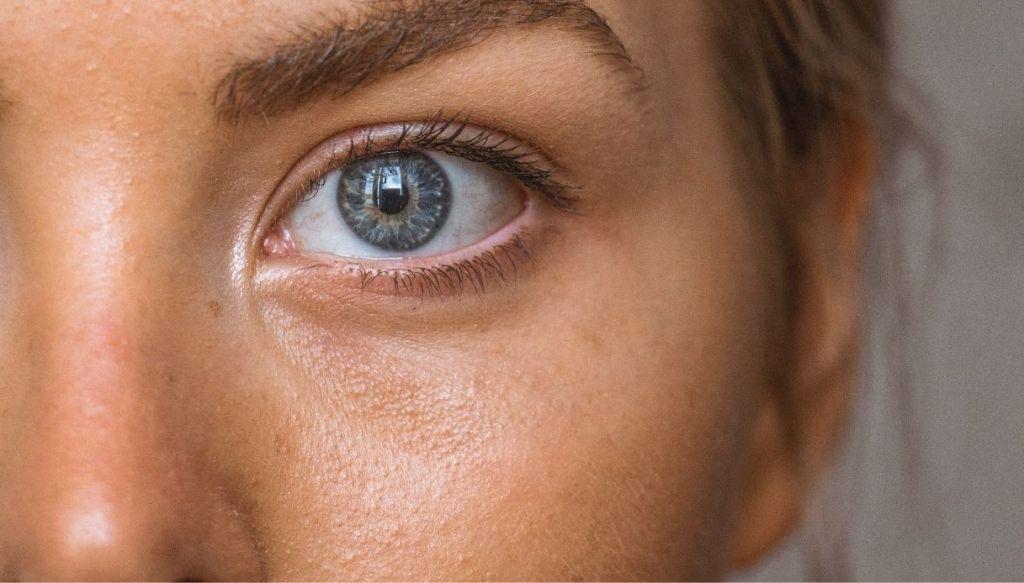 occhio azzurro pelle abbronzata naturale