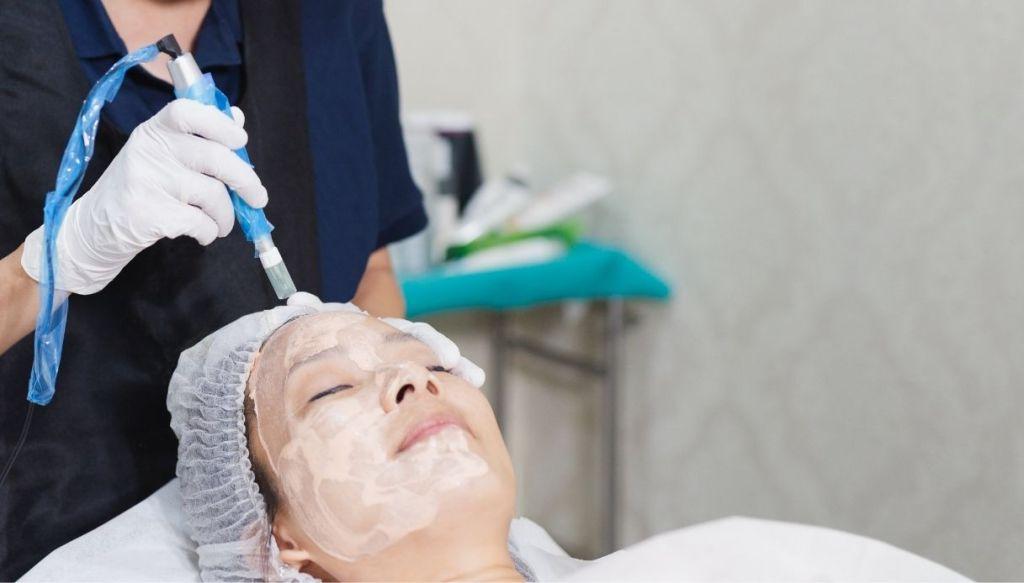 donna asiatica trattamento viso fondotinta semipermanente BB Glow