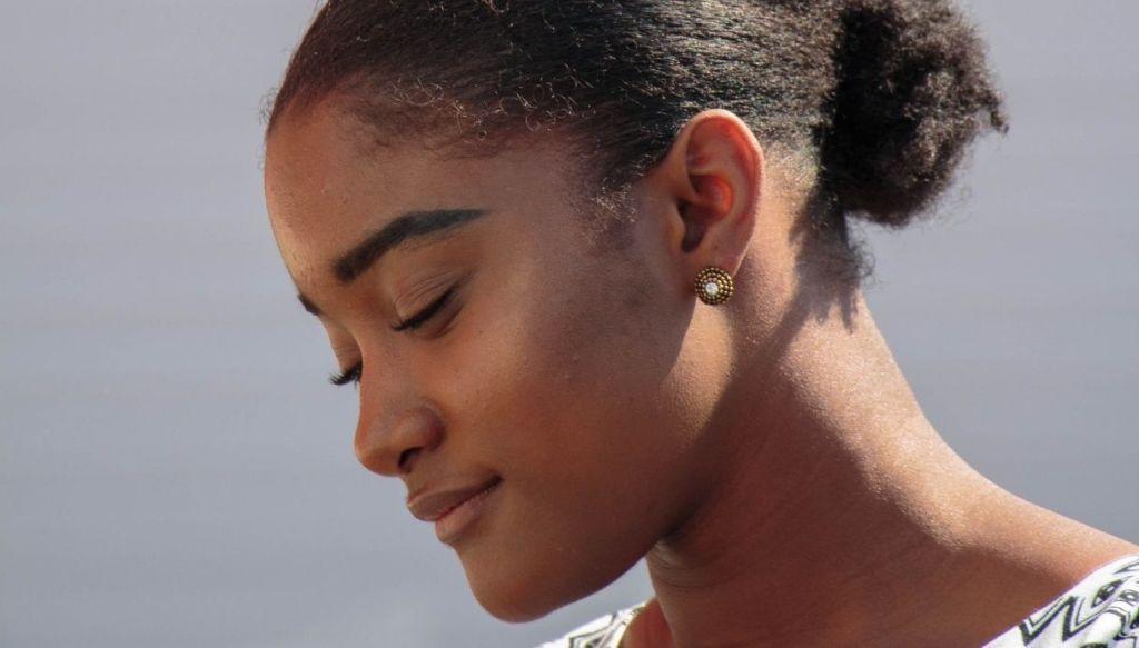ragazza nera giovane trucco naturale