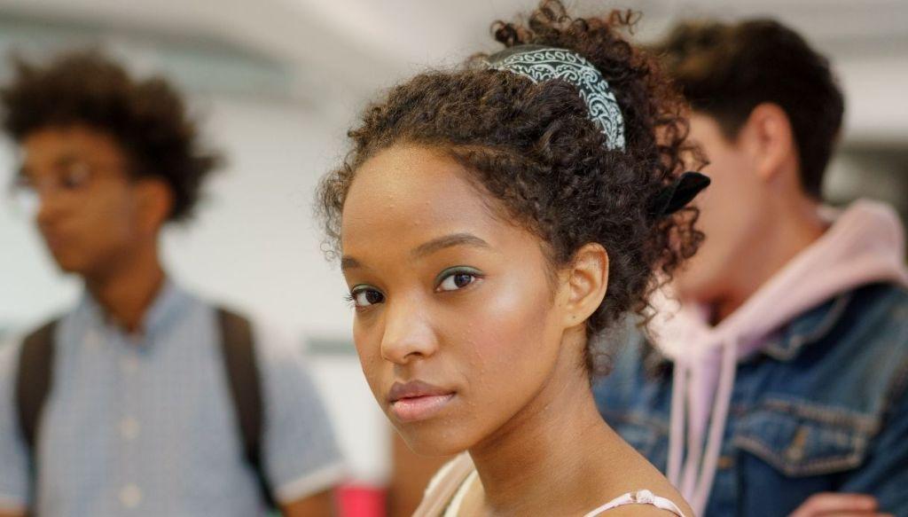 ragazza nera capelli afro trucco naturale