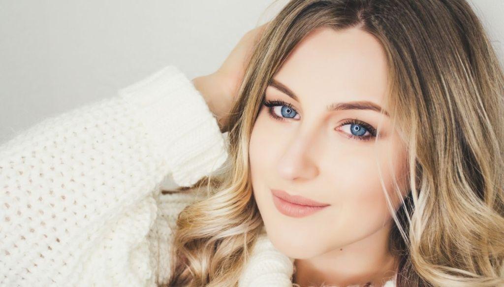 ragazza bionda occhi azzurri trucco leggero