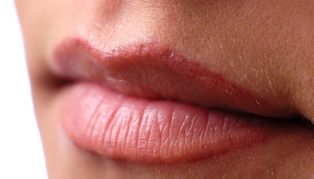 matita labbra fuori dal contorno overlined lips