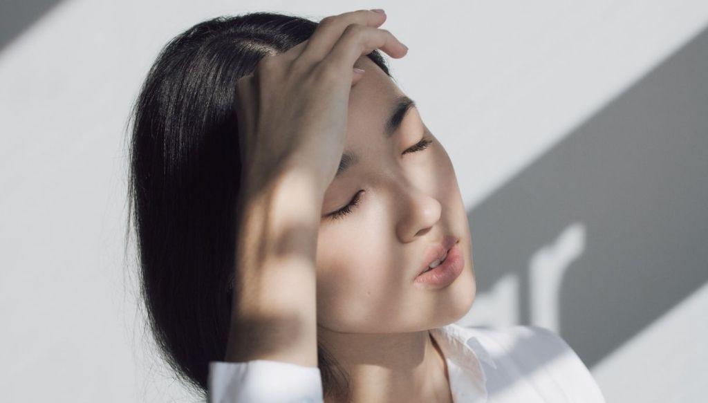 ragazza asiatica mora occhi chiusi pelle diafana