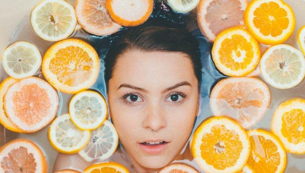 ragazza piercing septum arance