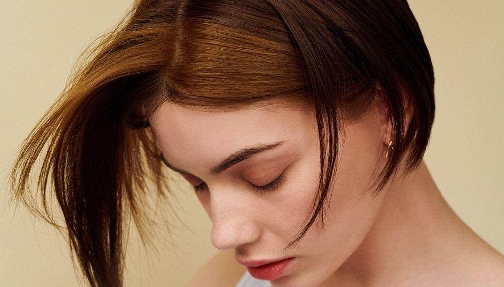 ragazza castana capelli castani ciuffi laterali