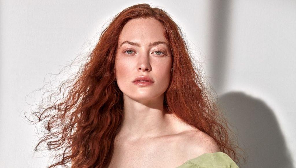 ragazza capelli rosso rame naturale