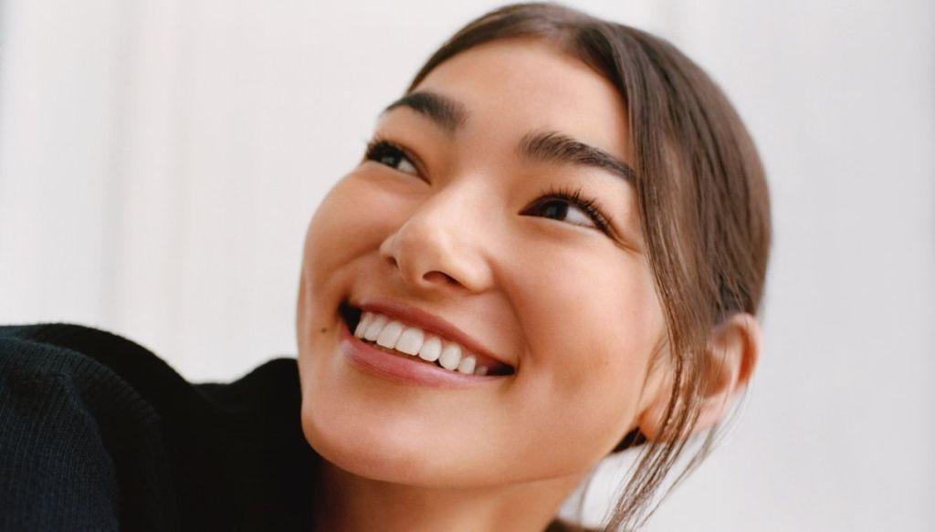 ragazza asiatica capelli castani sorridente trucco naturale