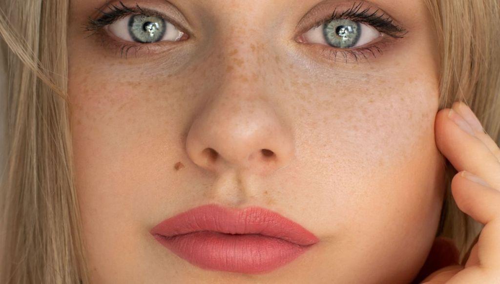 ragazza bionda occhi verdi azzurri rossetto rosa caldo