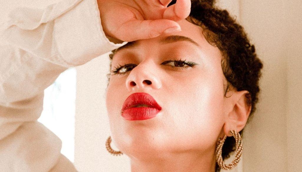 ragazza afro nera labbra carnose rossetto rosso