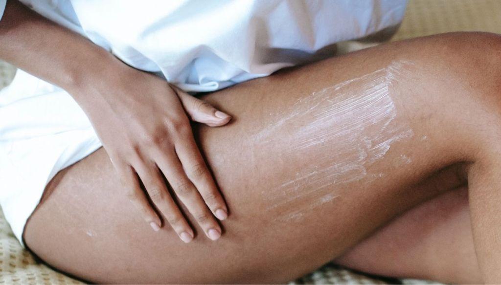 donna nera crema corpo gambe