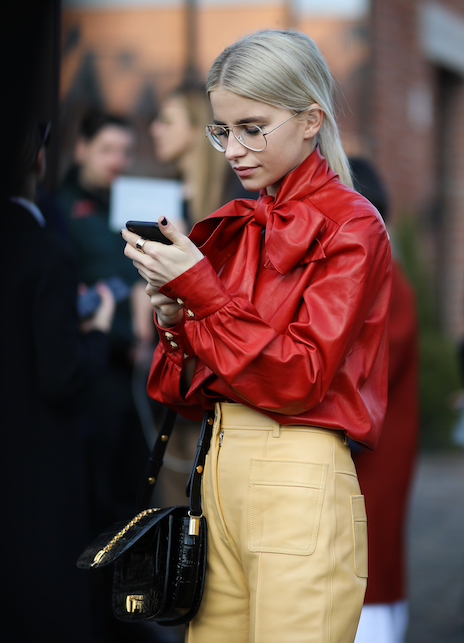 Camicia Lavallière: ecco come indossare la blusa con il collo a fiocco
